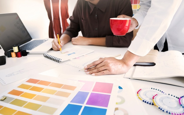 Молодые творческие дизайнеры-дизайнеры-дизайнеры работают над мозговым штурмом по проекту в студии