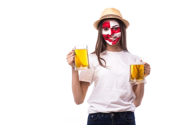 Giovane tifoso croato klick con birra isolato sul muro bianco
