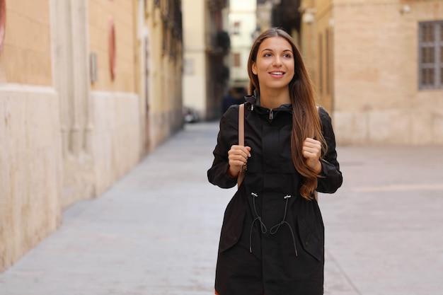 Молодая любопытная женщина, путешествующая и посещающая европу в зимнее время