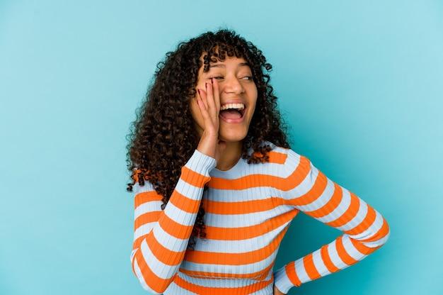 孤立した感情を表現する若い巻き毛のアフリカ系アメリカ人女性