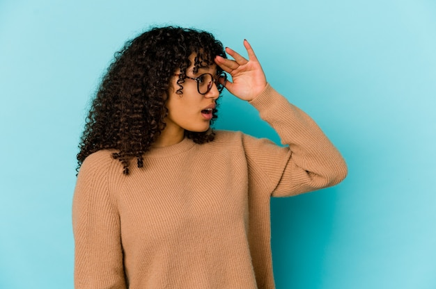 孤立した若い巻き毛のアフリカ系アメリカ人女性