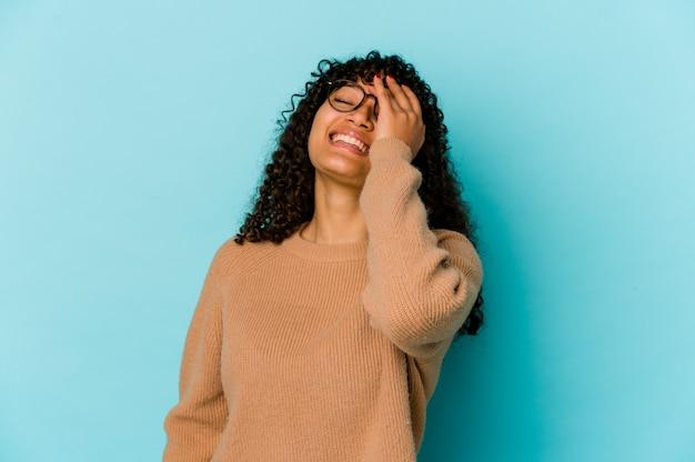 Молодая кудрявая женщина, выражающая эмоции изолирована