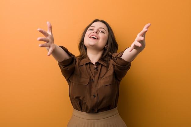 若い曲がりくねったロシアの女性は抱擁を与えることに自信を持っています