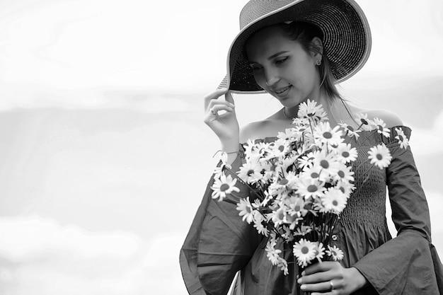 해질녘 마을 들판에서 모자를 쓴 귀여운 소녀