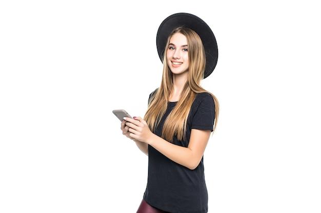 Giovane ragazza carina con il telefono cellulare isolato su uno sfondo bianco