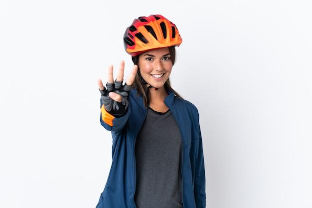 Бразильская девушка молодой велосипедист изолирована на белом фоне счастлива и считает четыре пальцами