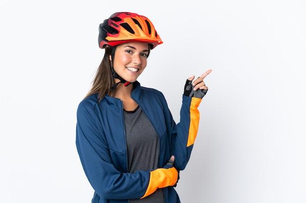Бразильская девушка молодой велосипедист изолирована