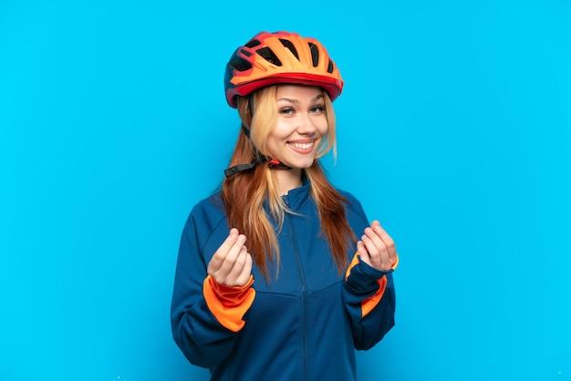 Молодая велосипедистка изолирована, делая денежный жест