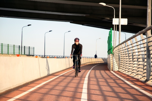 夕方の若いサイクリストのハードワークアウト