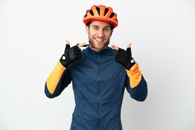 Молодой велосипедист мужчина изолирован, показывая большой палец вверх жест Premium Фотографии