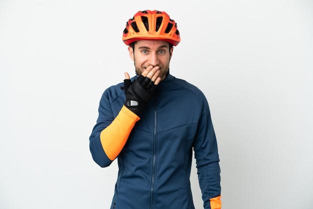 Молодой велосипедист изолировал счастливый и улыбающийся, прикрывая рот рукой Premium Фотографии