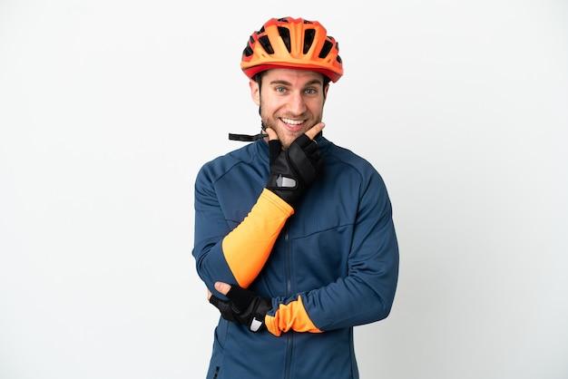 Молодой велосипедист человек изолирован счастливым и улыбающимся