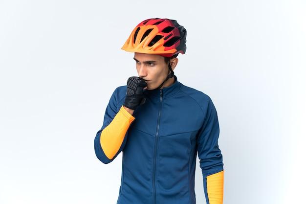 Молодой велосипедист человек изолирован с сомнениями