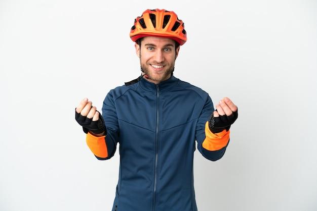 Молодой велосипедист человек изолирован, делая денежный жест