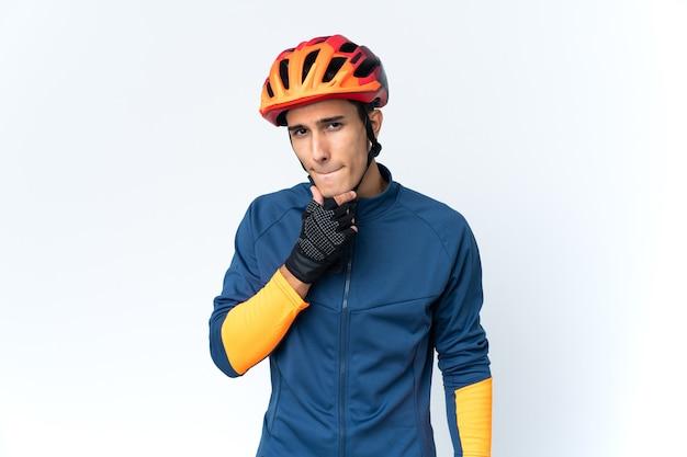 Молодой велосипедист человек изолирован на фоне сомнений и мышления