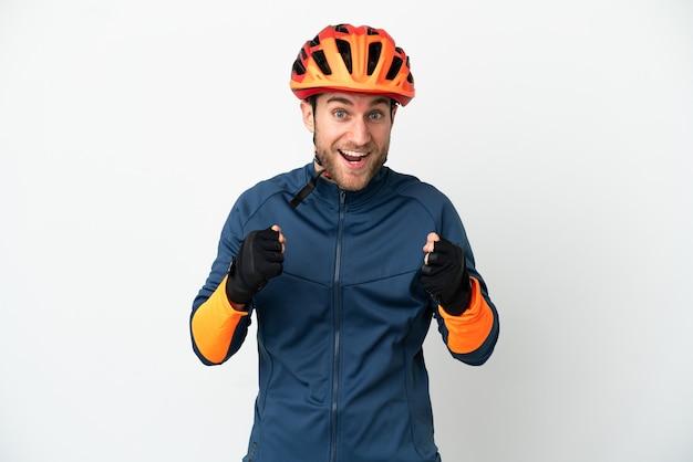 Молодой велосипедист человек, изолированные на белом фоне, празднует победу в позиции победителя