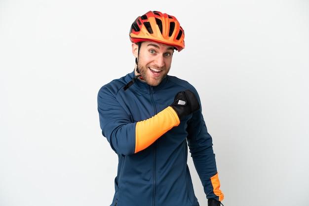 Молодой велосипедист человек, изолированные на белом фоне, празднует победу
