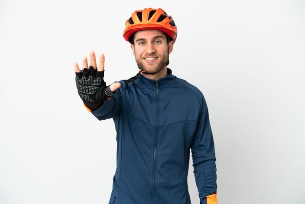 Молодой велосипедист человек, изолированные на белом фоне, считая пять пальцами