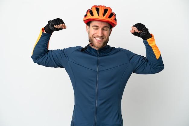 Молодой велосипедист человек, изолированные на белом фоне, делает сильный жест