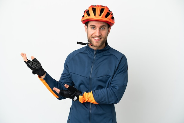 Молодой велосипедист человек изолирован на белом фоне, протягивая руки в сторону для приглашения приехать