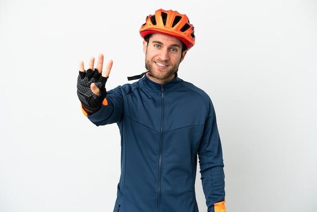 Молодой велосипедист человек изолирован на белом фоне счастлив и считает четыре пальцами