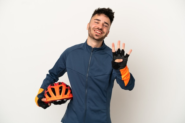 幸せな白い背景で隔離の若いサイクリストの男と指で4を数える