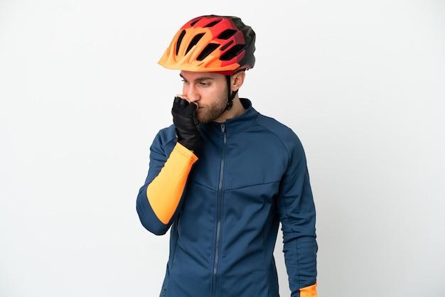 Молодой велосипедист человек, изолированные на белом фоне, сомневаясь