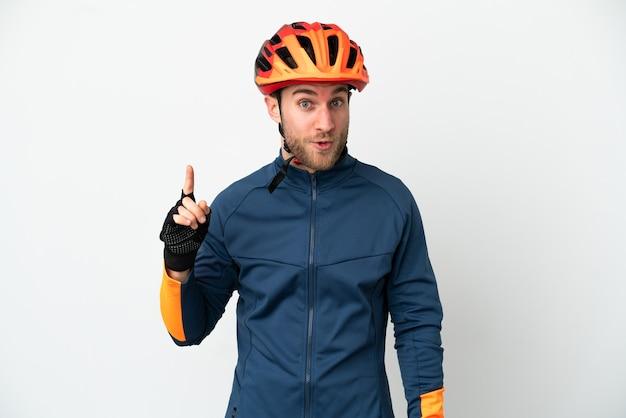 Молодой велосипедист человек изолирован на белом фоне, намереваясь реализовать решение, подняв палец вверх
