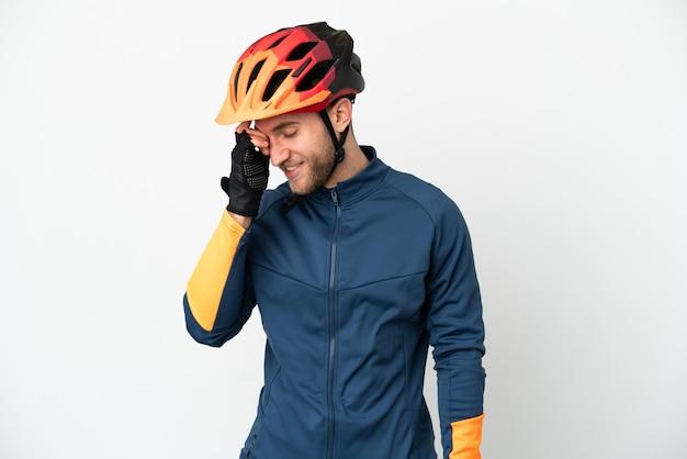 Молодой велосипедист человек, изолированные на белом фоне смеясь