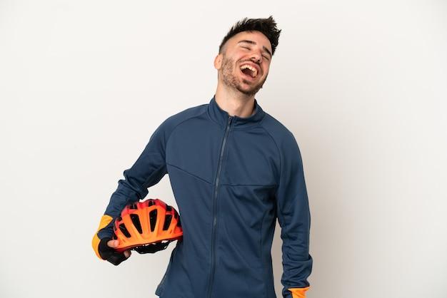 笑って白い背景で隔離の若いサイクリストの男