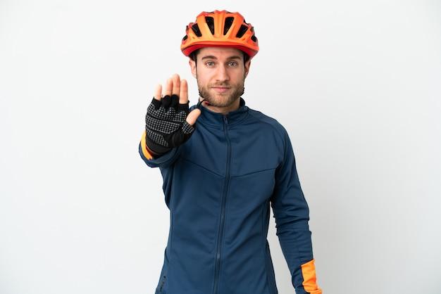 Молодой велосипедист человек, изолированные на белом фоне, делая жест остановки