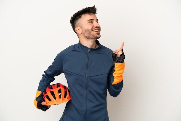 素晴らしいアイデアを指している白い背景で隔離の若いサイクリストの男