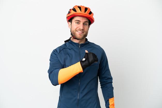 Молодой велосипедист человек, изолированные на белом фоне, гордый и самодовольный