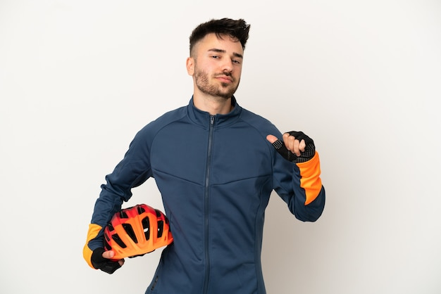 誇りと自己満足の白い背景で隔離の若いサイクリストの男