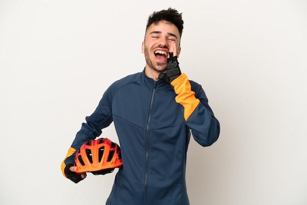 口を大きく開いて叫んで白い背景で隔離の若いサイクリストの男