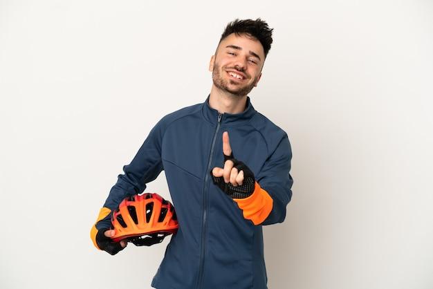 Молодой велосипедист человек изолирован на белом фоне, показывая и поднимая палец
