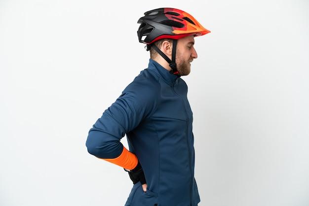 흰색 배경에 격리된 젊은 자전거 타는 남자는 노력을 해서 요통으로 고통받고 있다