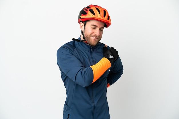 Молодой велосипедист, изолированные на белом фоне, страдает от боли в плече за то, что приложил усилия