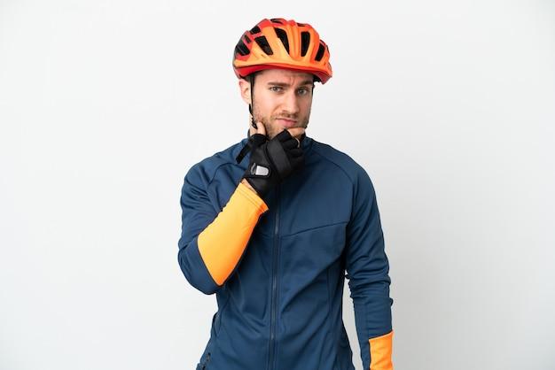 Молодой велосипедист человек изолирован на белом фоне мышления