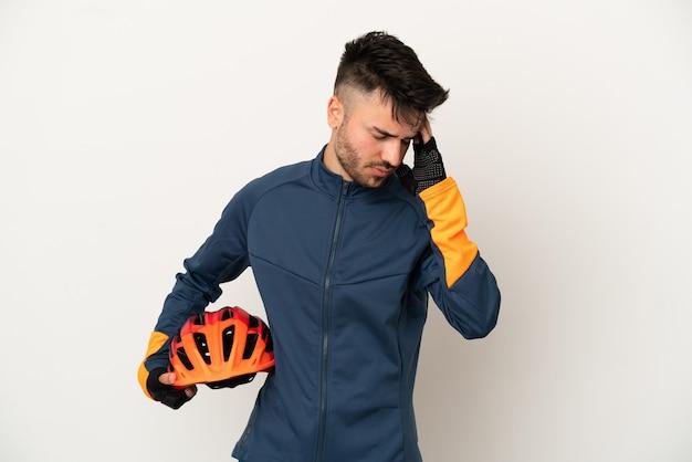 頭痛と白い背景で隔離の若いサイクリストの男