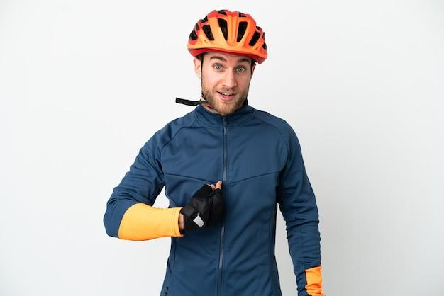 Молодой велосипедист изолирован с удивленным выражением лица Premium Фотографии