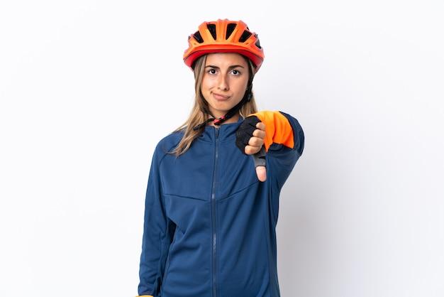 Молодая женщина-велосипедист, изолированные на белом фоне, показывает палец вниз