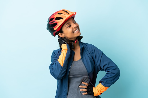 若いサイクリストの女性は、アイデアを考えて孤立しました