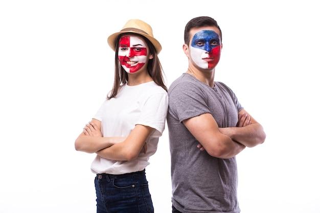 白い壁に隔離された若いチェコとクロアチアのサッカーファン