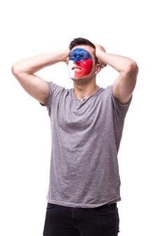 Молодой чешский футбольный болельщик с грустным жестом изолирован на белой стене