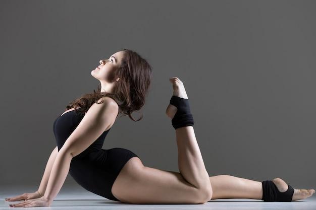 Giovane donna ballerina in bella posa