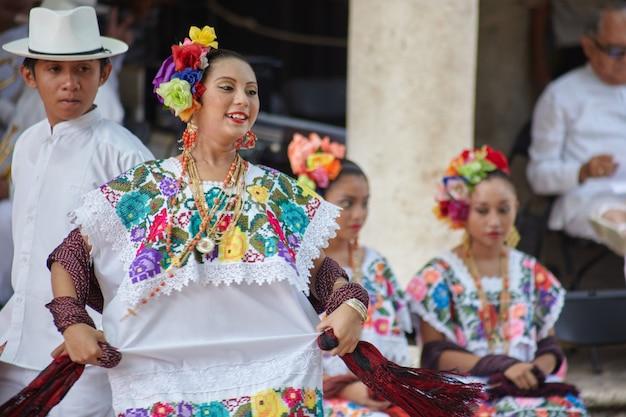 도시 축제에서 공연하는 젊은 댄서를 닫습니다.