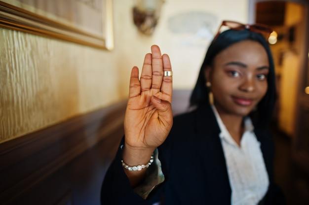 手話を使用して若い聴覚障害者の女性