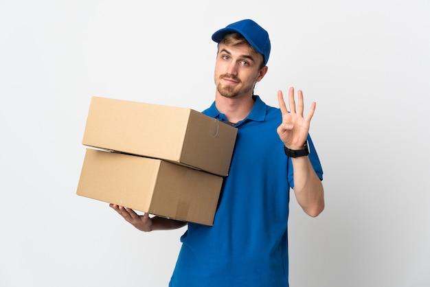 Молодой блондин доставки изолирован счастливым и считает четыре пальцами