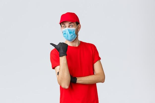 보호 마스크를 쓰고 모자와 젊은 배달 남자